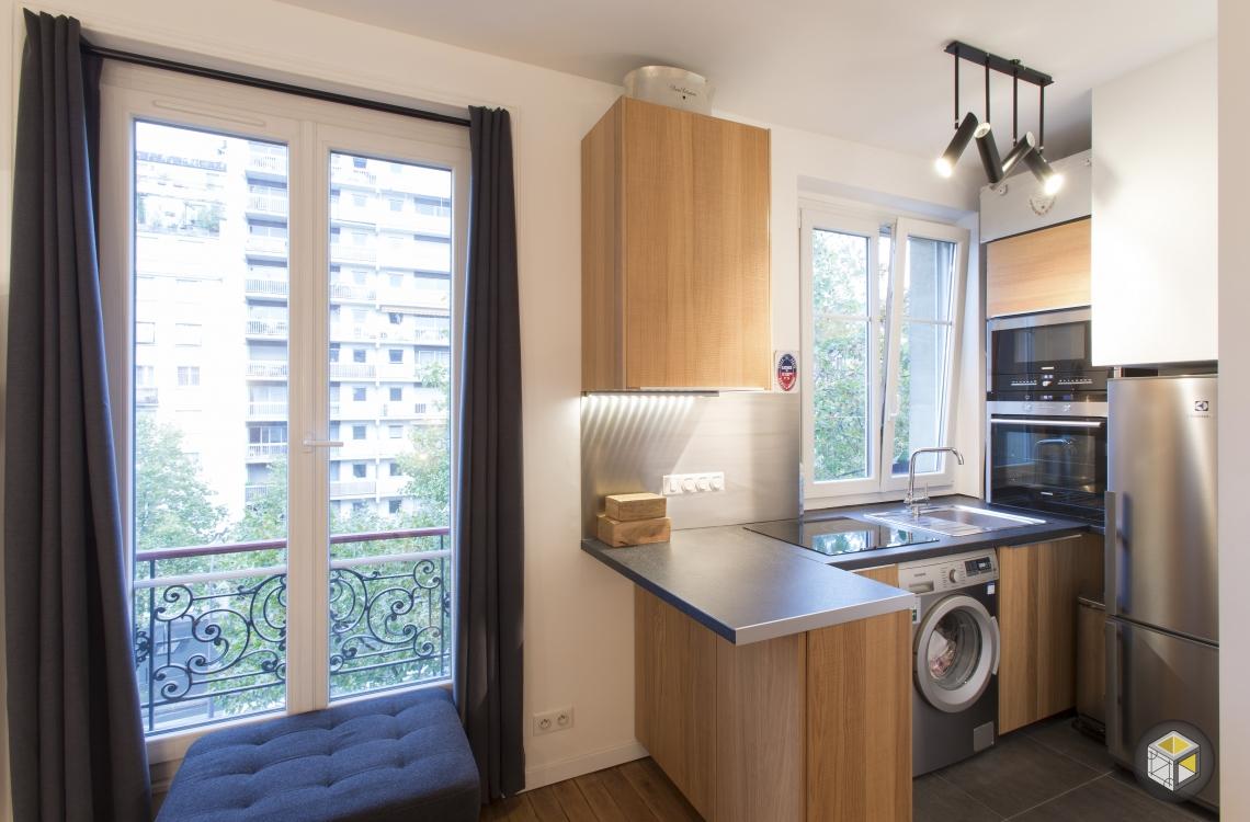 cuisine ouverte équipée fenêtre bois