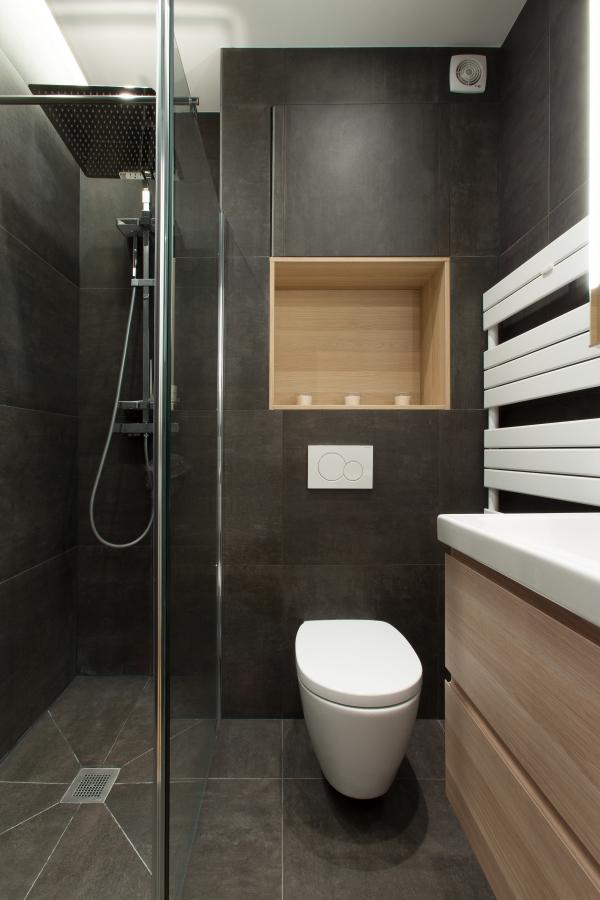 salle de bain noir bois wc