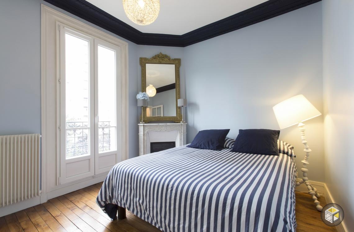 chambre parquet moulures bleu