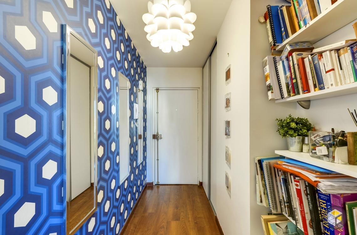 entrée papier peint graphique décoration bibliothèque